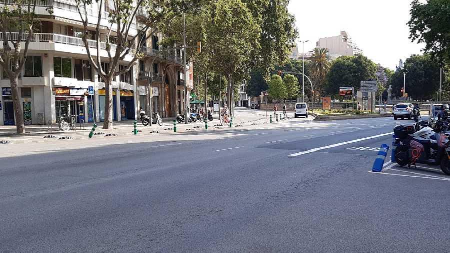 A Gaudí el va atropellar un tramvia quan ell travessava sol la Gran Via de les Corts Catalanes per la cantonada del carrer Bailèn, davant la plaça Tetuan
