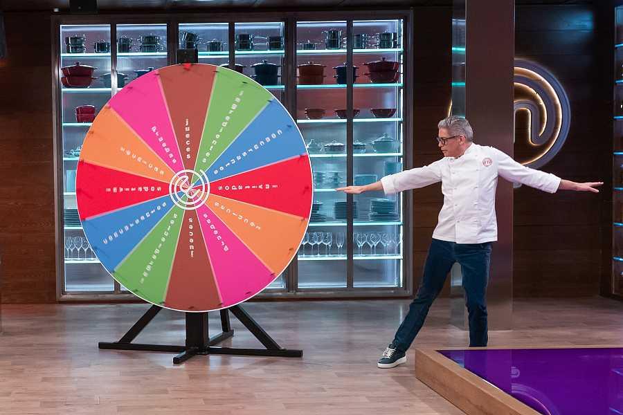 Boris Izaguirre en el juego de la ruleta.