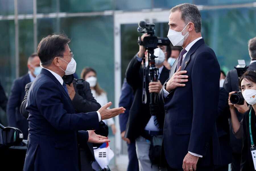 El Rey Felipe VI (d) saluda al presidente de la República de Corea del Sur, Moon Jae-in (i)