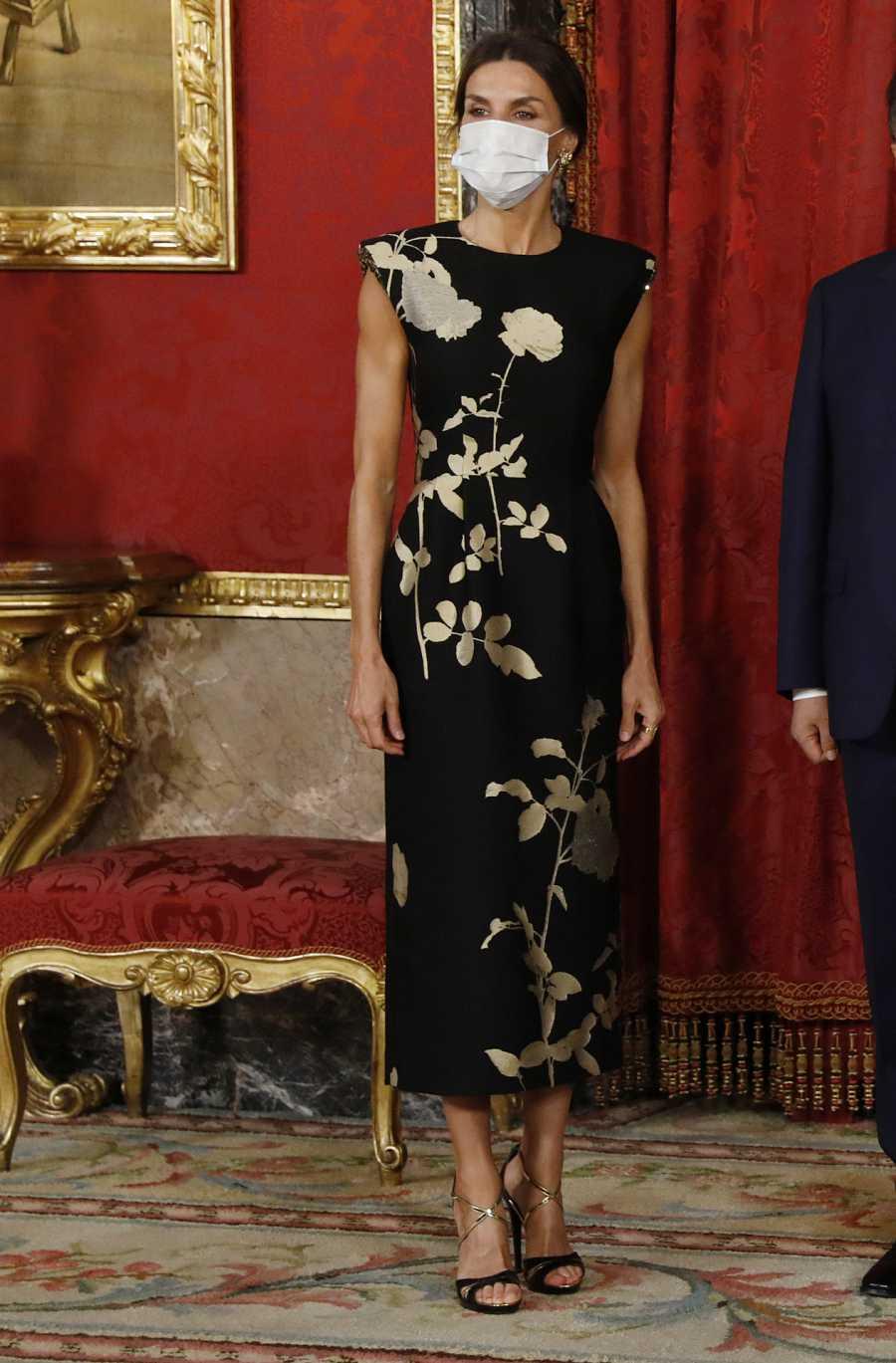 La reina con un diseño de Dries Van Noten