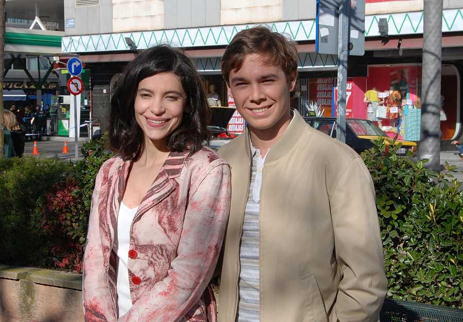Los actores Irene Visedo y Carlos Cuevas durante el rodaje de la serie 'Cuéntame cómo pasó' en Talavera de la Reina.