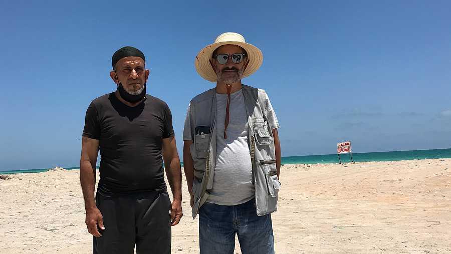 Samir y Chamseddine en la playa del puerto de Zarzis