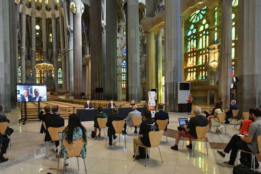 Pla general d'un moment de la roda de premsa a la nau central de la Sagrada Família