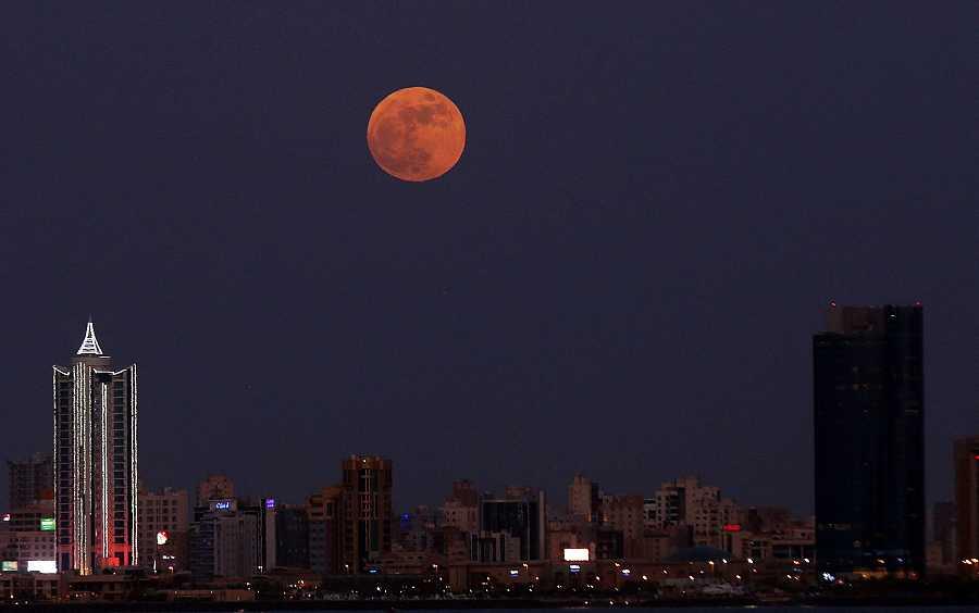 La superluna de fresa sale sobre la ciudad de Kuwait