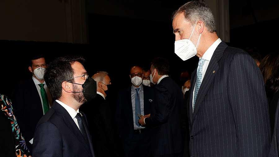 El presidente de la Generalitat, Pere Aragonès,charla con Felipe VI antes de la cena de inauguración del MWC.
