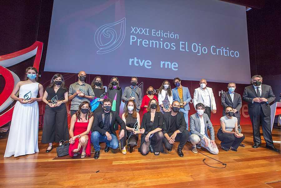 Galardonados y autoridades en la gala de los Premios El Ojo Crítico 2020