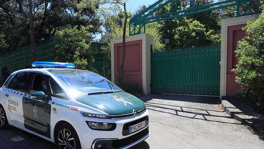 Un vehículo de la Guardia Civil a las puertas de la casa del empresario José Luis Moreno en la Urbanización Monte Encinas de la localidad madrileña de Boadilla del Monte. EFE/Fernando Alvarado