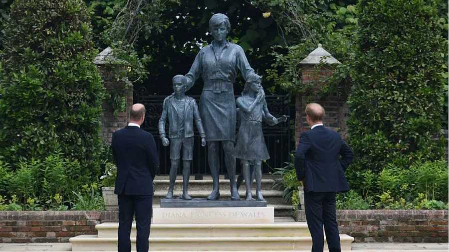 Guillermo y Harry durante la inauguración de la estatua de Diana de Gales