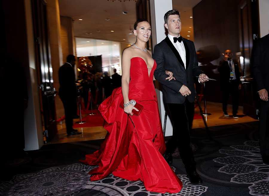 Scarlett Johansson y Collin Jost durante un evento