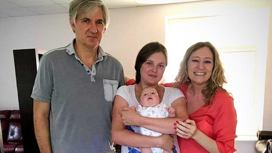 Patricia y Gustavo con su hija Sol, gestada por Natalia, la madre de alquiler