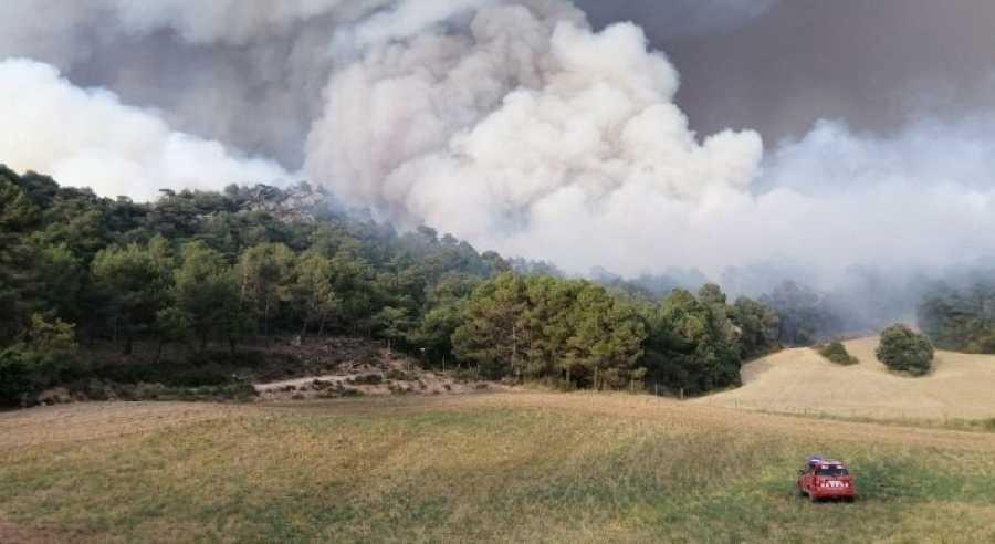 Un centenar de dotacions dels bombers afronten la segona nit per frenar el foc