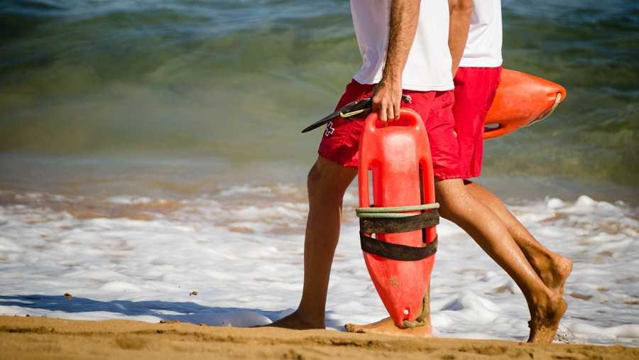 Dos socorristas recorren una playa