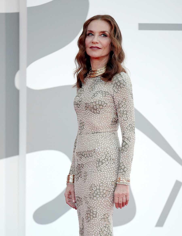 Isabelle Huppert en la premiere de 'Madres paralelas' en el Festival de cine de Venecia