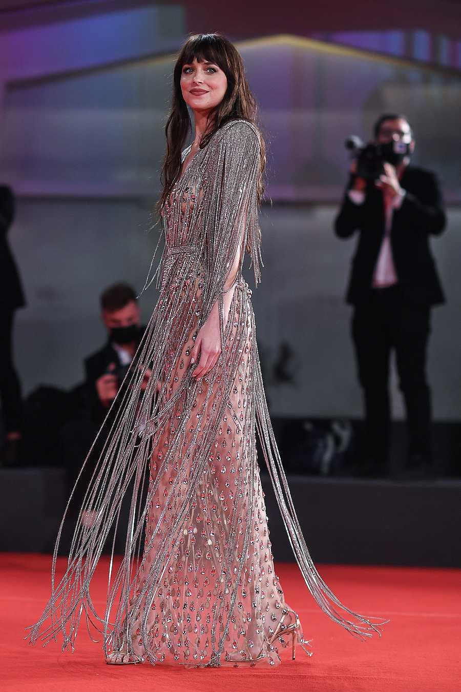 Dakota Johnson en la alfombra roja de Venecia