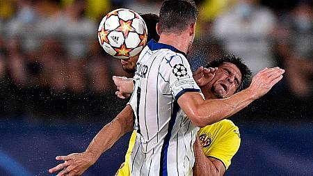 Gerard Moreno (derecha) choca con un jugador durante el Villarreal-Atalanta