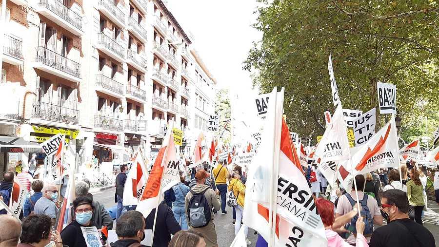 Cientos de interinos se manifiestan frente a la sede del Ministerio de Función Pública en Madrid.
