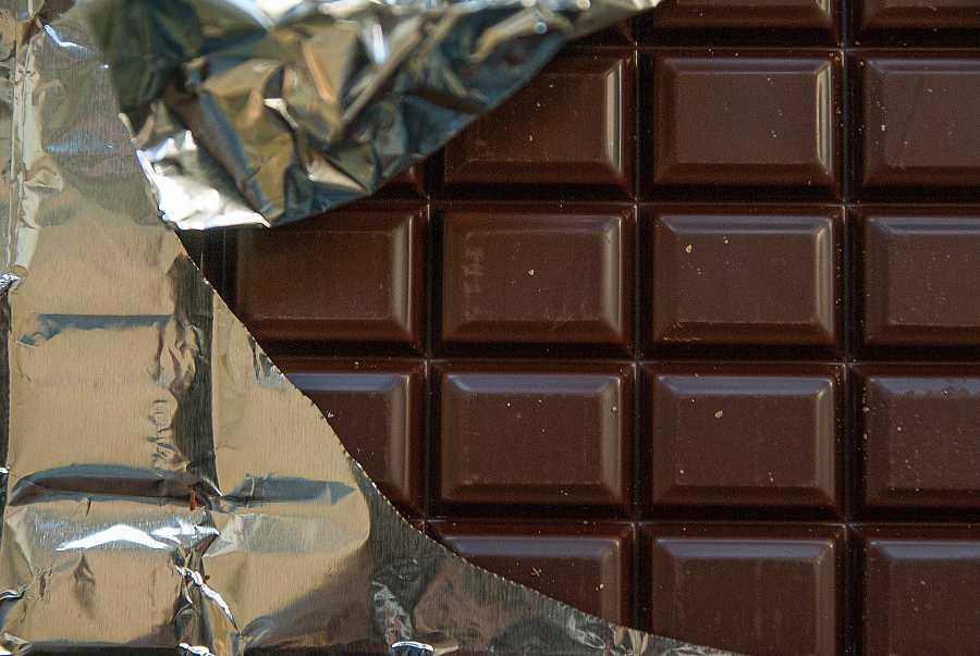 Una tableta de chocolate negro
