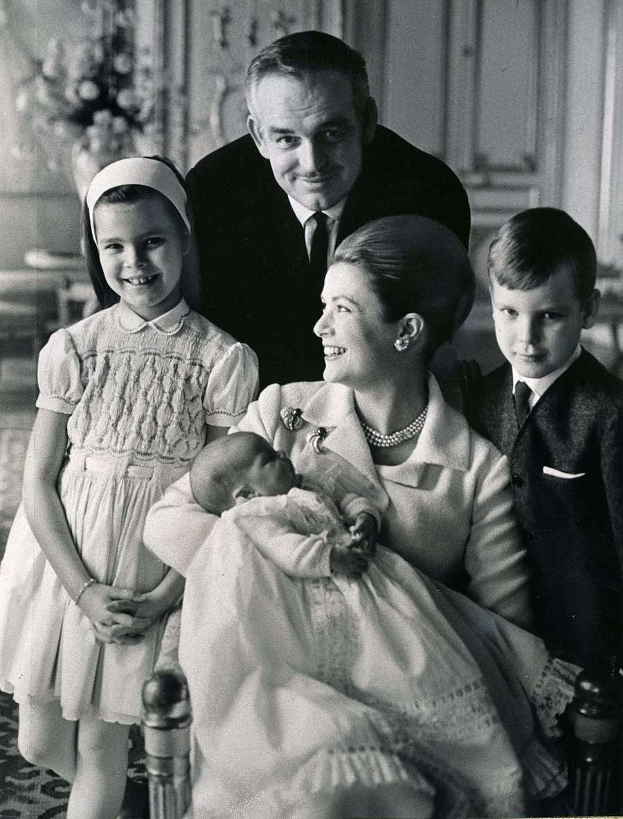 Grace Kelly junto a su marido y sus tres hijos