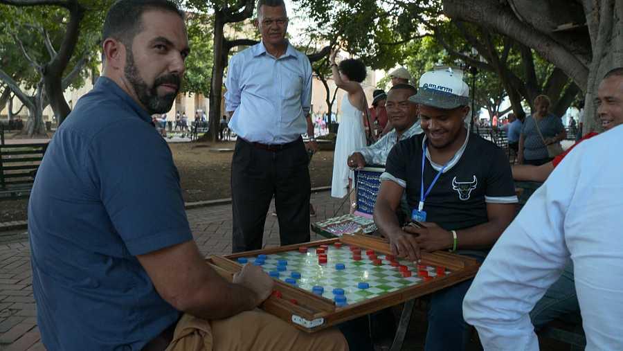 Abel muestra una de las grandes pasiones de los habitantes de República Dominicana