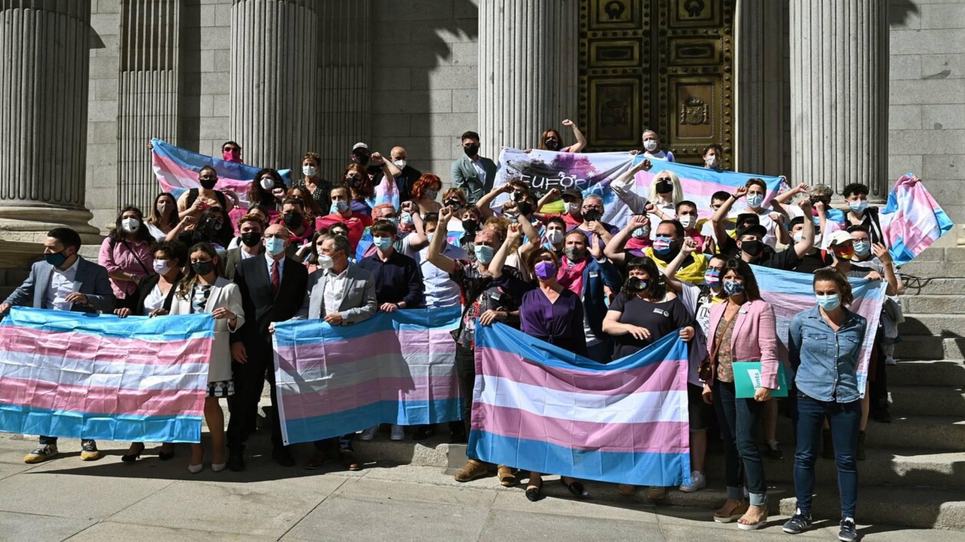 La 'ley trans' no sale adelante tras la abstención del PSOE