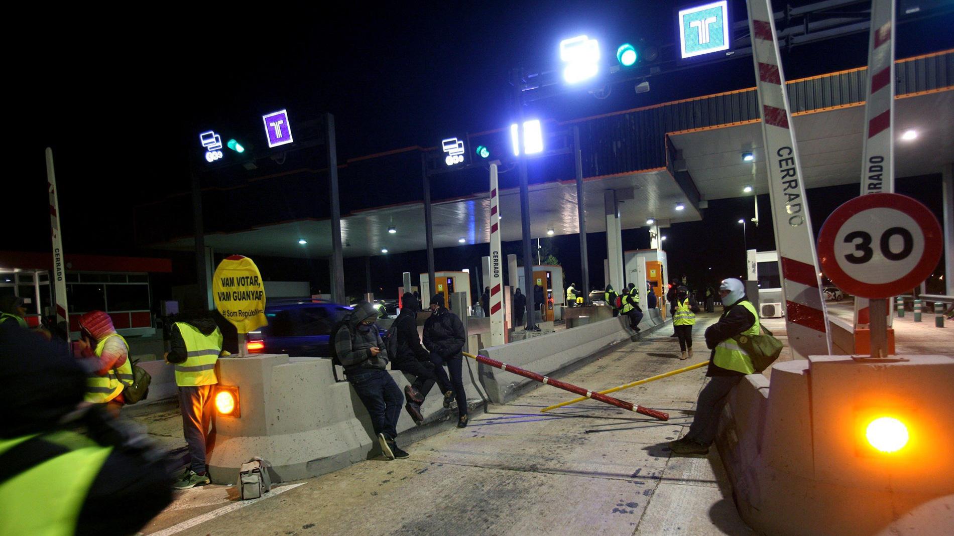 Los CDR levantan los peajes de varias autopistas de Cataluña