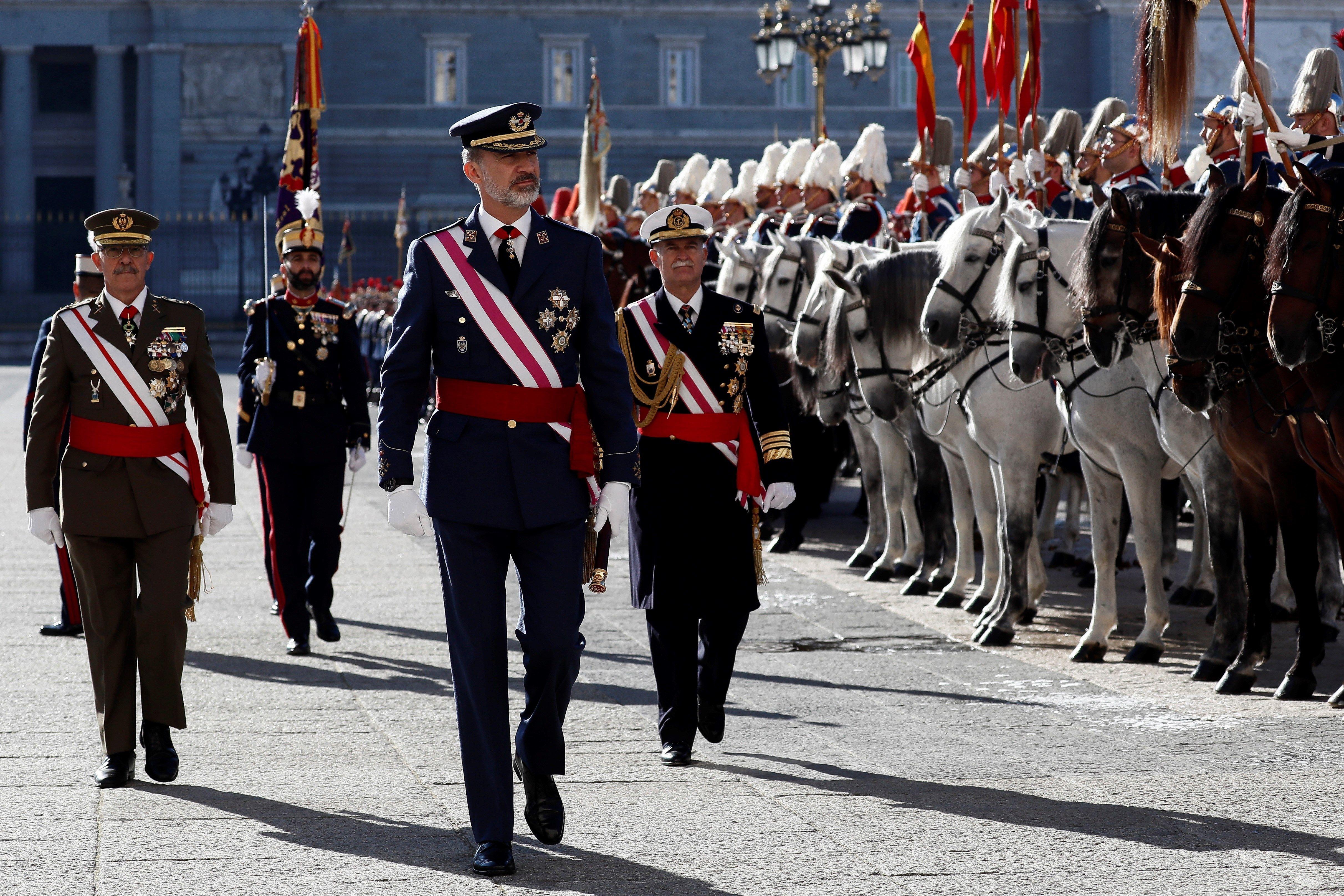 El rey de España Felipe VI (c) pasa revista a la Guardia Real en el Patio de Armas antes del inicio de la ceremonia de la Pascua Militar en el Palacio Real, este lunes en Madrid.