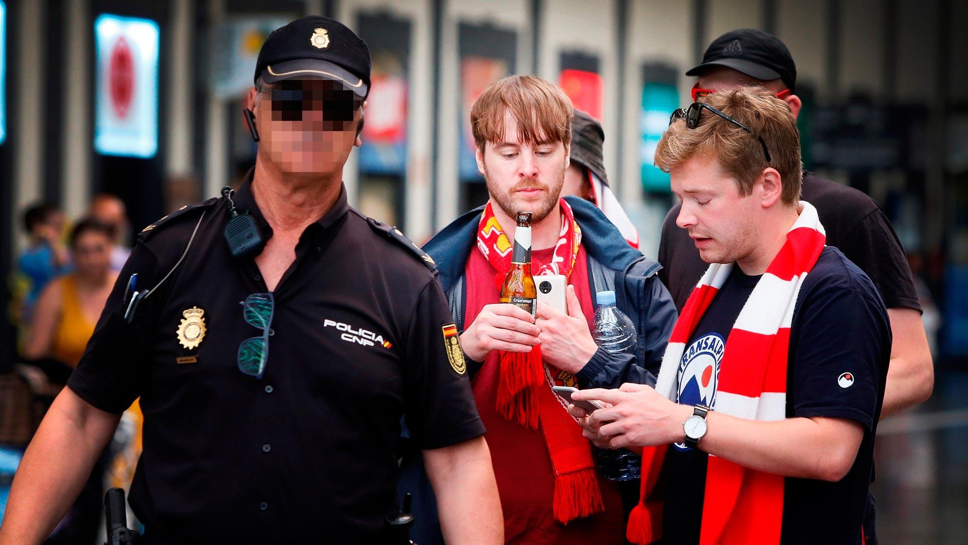 Cinco hinchas británicos detenidos por altercados que dejan un policía herido