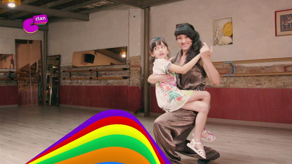 Akane y su madre bailan tango