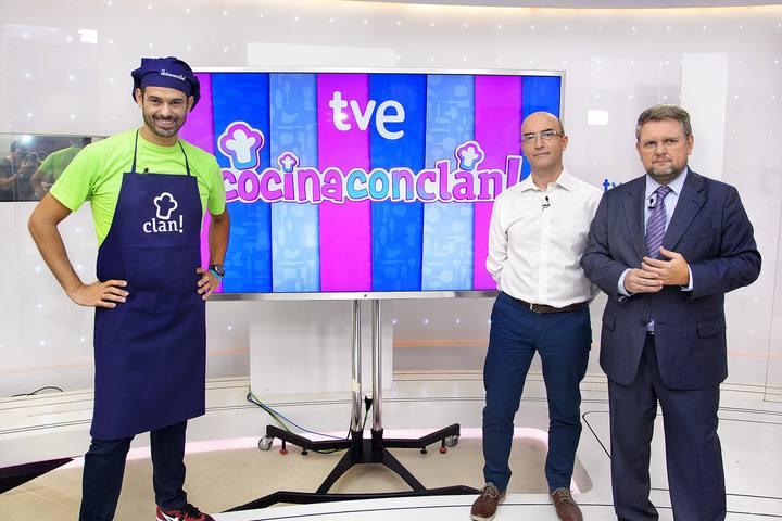 El chef Enrique Sánchez; José María Zafra, consejero delegado de ZZJ; y Yago Fandiño, director de Contenidos Infantiles de RTVE en la presentación del programa de cocina para niños 'Cocina con Clan'