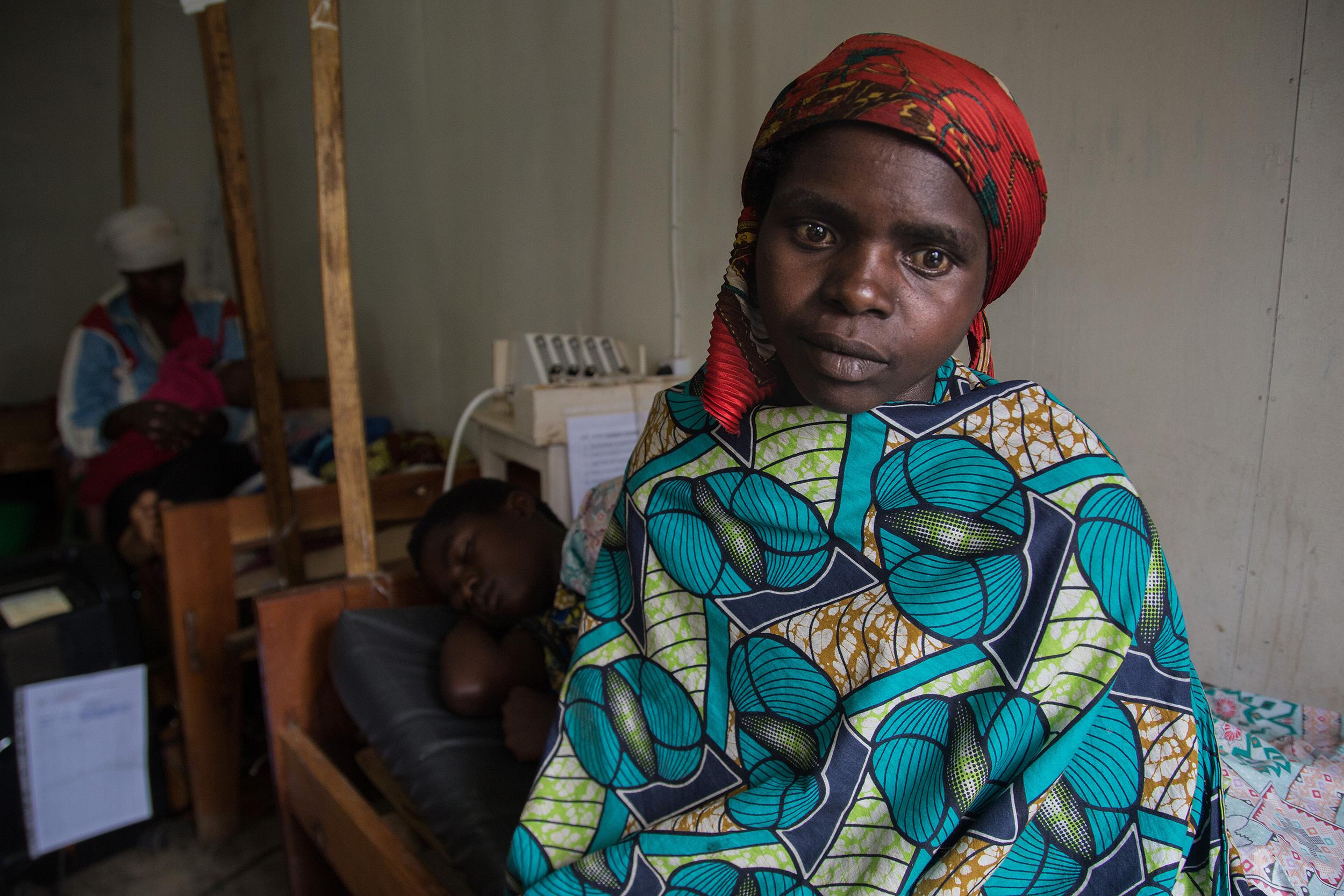 Tuisenge, una chica congoleña, recién llegada al hospital de Numbi espera sentada en la cama, con la mirada perdida.