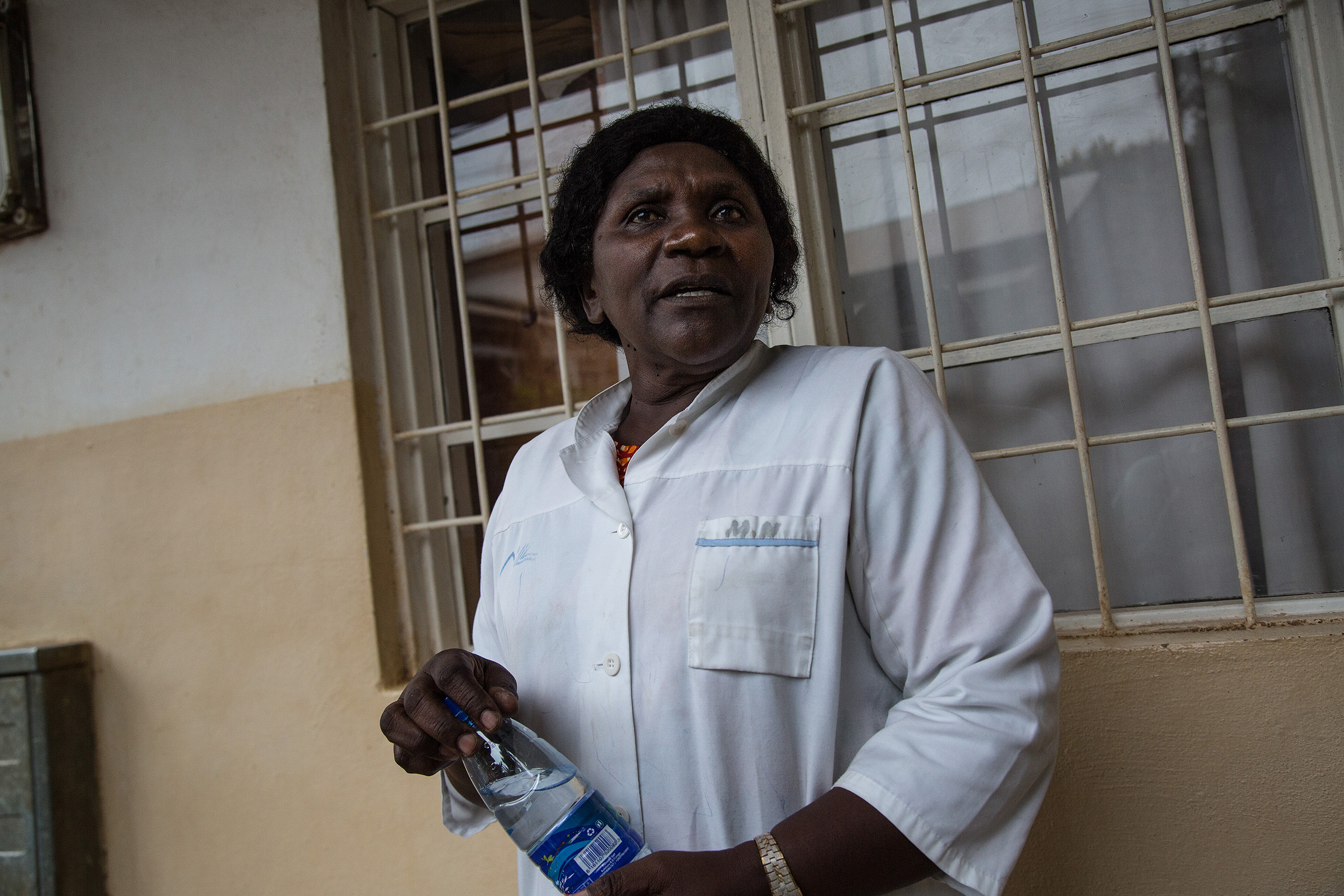 Plano medio de Esther, delante de una ventana del hospital, mientras habla a la cámara.