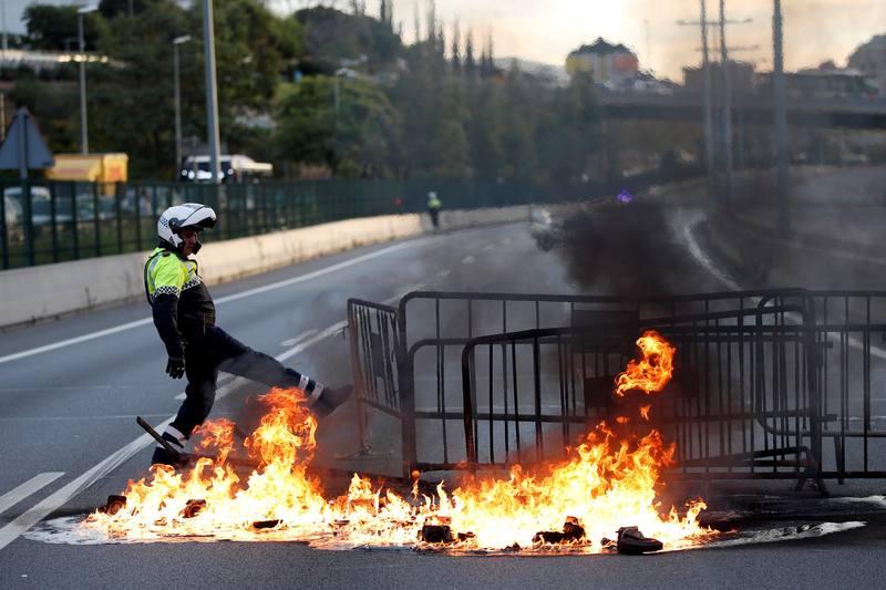 La huelga general en Cataluña provoca cortes en carreteras y trenes y obliga a cancelar 57 vuelos en el Prat