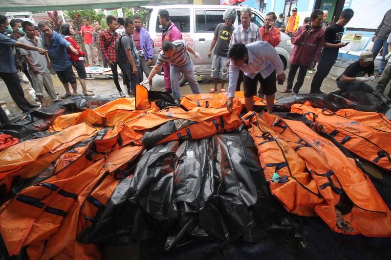 Rescatistas depositan los cuerpos de las víctimas en una morgue improvisada en Carita