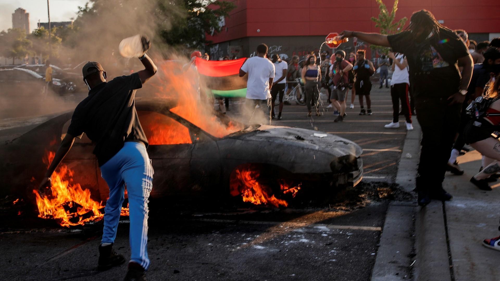 Minneapolis declara la emergencia tras la tercera noche de disturbios por la muerte de un hombre a manos de la policía