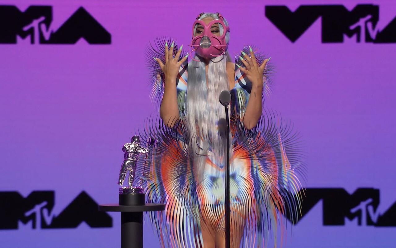 Lady Gaga acepta el premio a la mejor colaboración por
