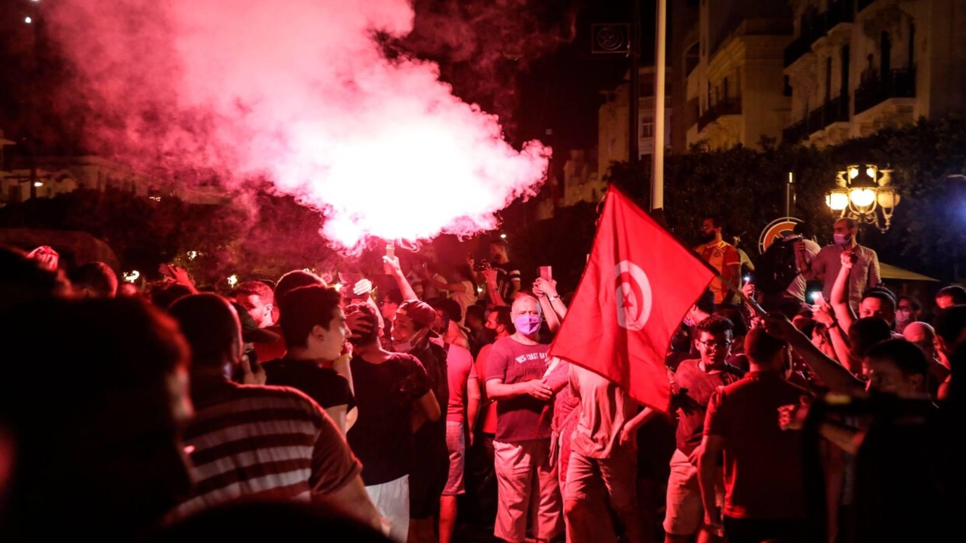Enfrentamientos en Túnez tras acusaciones de golpe de estado y el cese del primer ministro