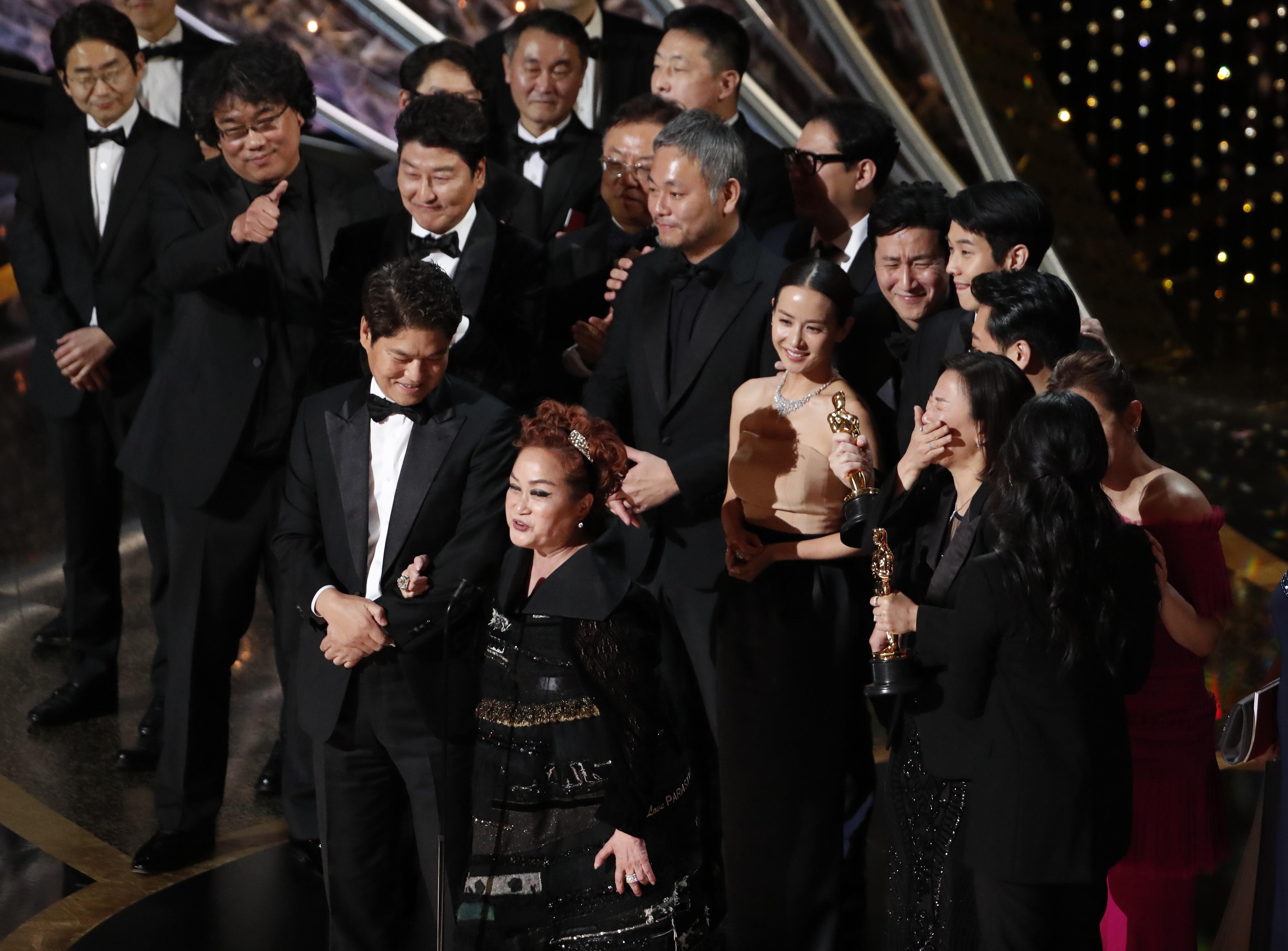La sorpresa de la noche la ha protagonizado 'Parásitos', que se ha llevado el galardón a mejor película.