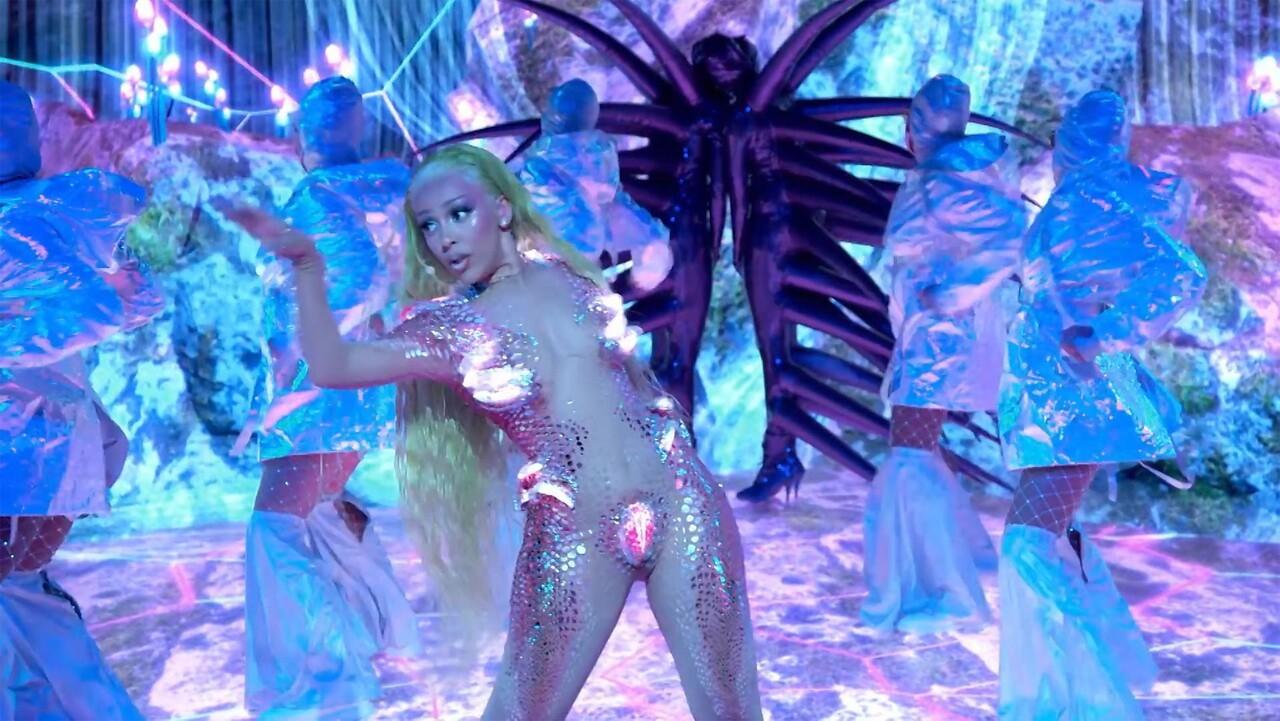 La cantante estadounidense, Doja Cat, actuando durante los MTV Video Music Awards 2020.