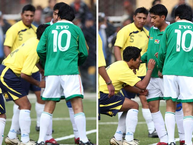 Evo Morales se 'pica' en un partido de fútbol