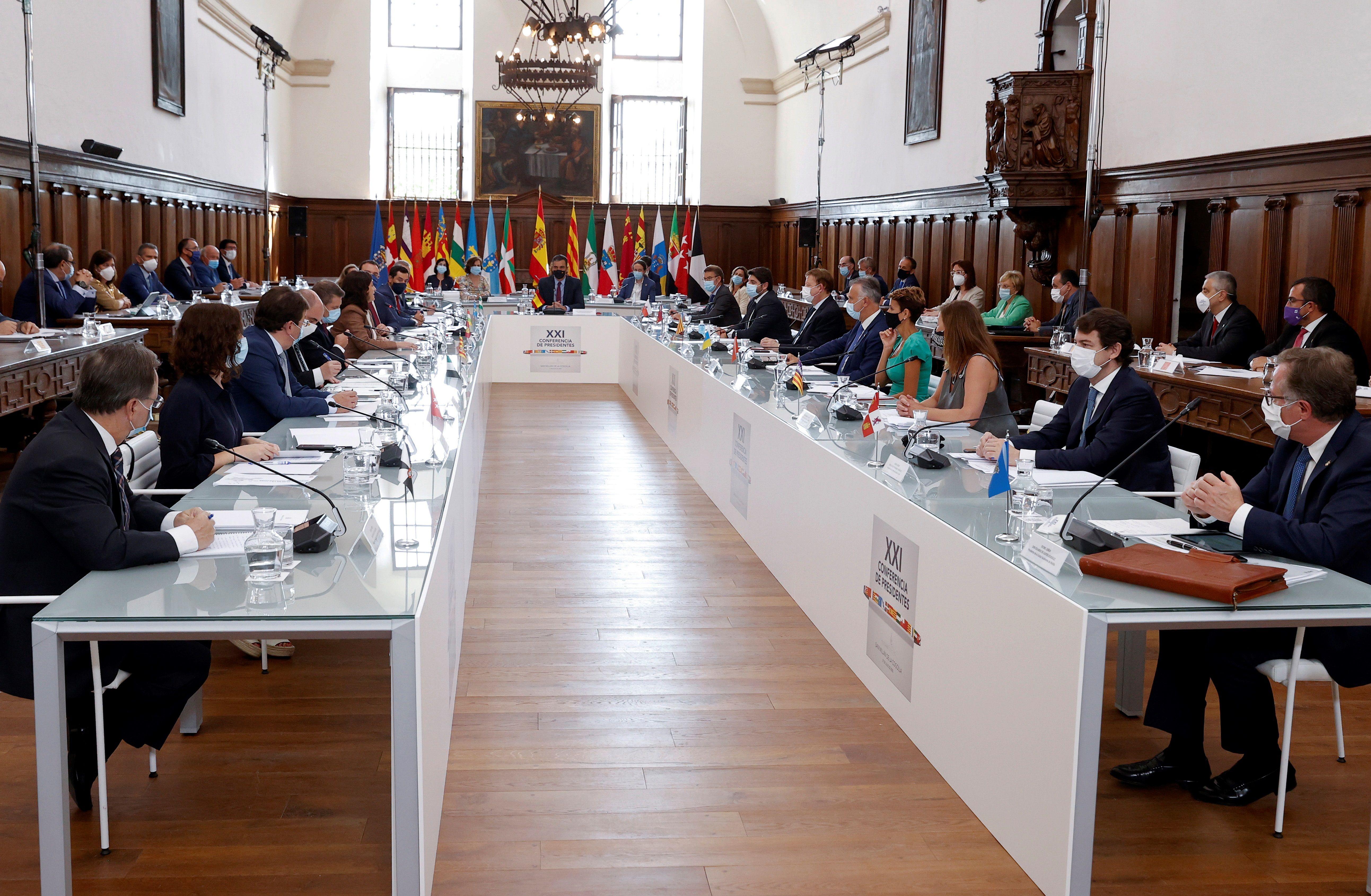 Arranca la reunión de presidentes autonómicos. Además de los 16 presidentes (solo falta Cataluña) y dos presidentes de ciudades autónomas, en San Millán de la Cogolla se reúnen el presidente del Gobierno, los cuatro vicepresidentes y tres ministros.