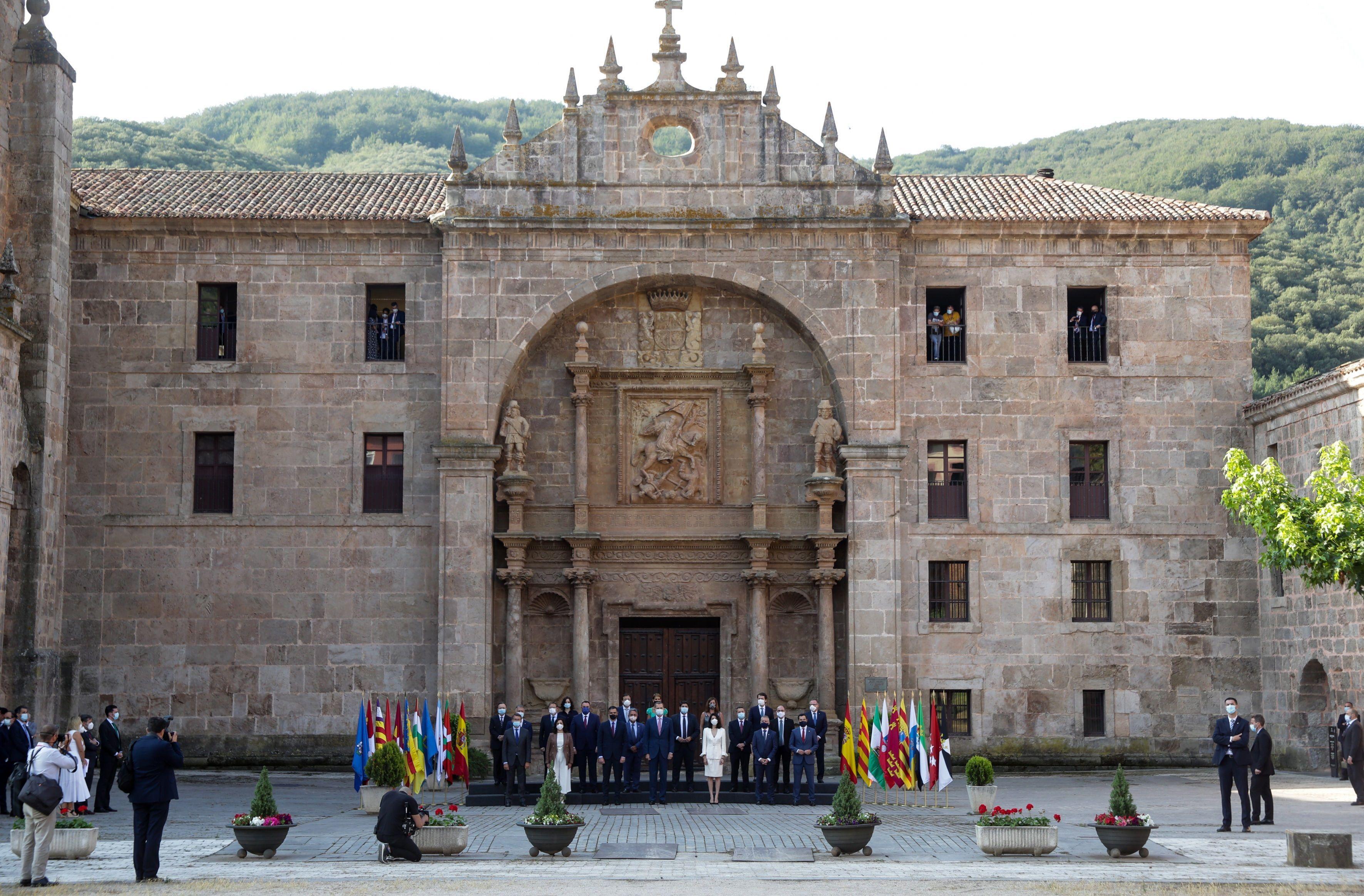 Foto de familia de la conferencia de presidentes ante la portada barroca del monasterio de San Millán de Yuso, en San Millán de la Cogolla (La Rioja). Se busca el consenso para el reparto de los fondos de recuperación europeos.