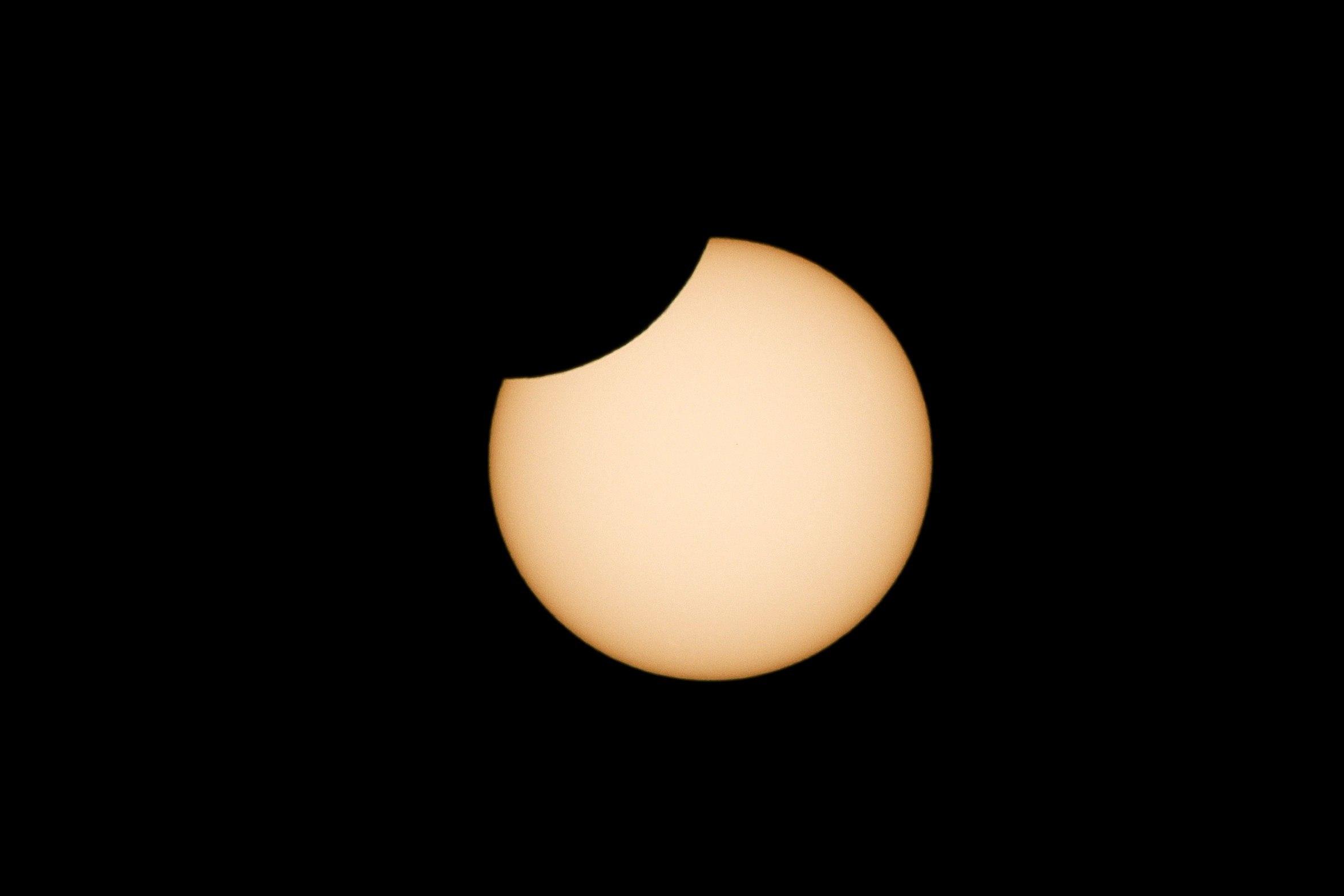 Vista del eclipse parcial de sol desde la localidad cántabra de Hinojedo.