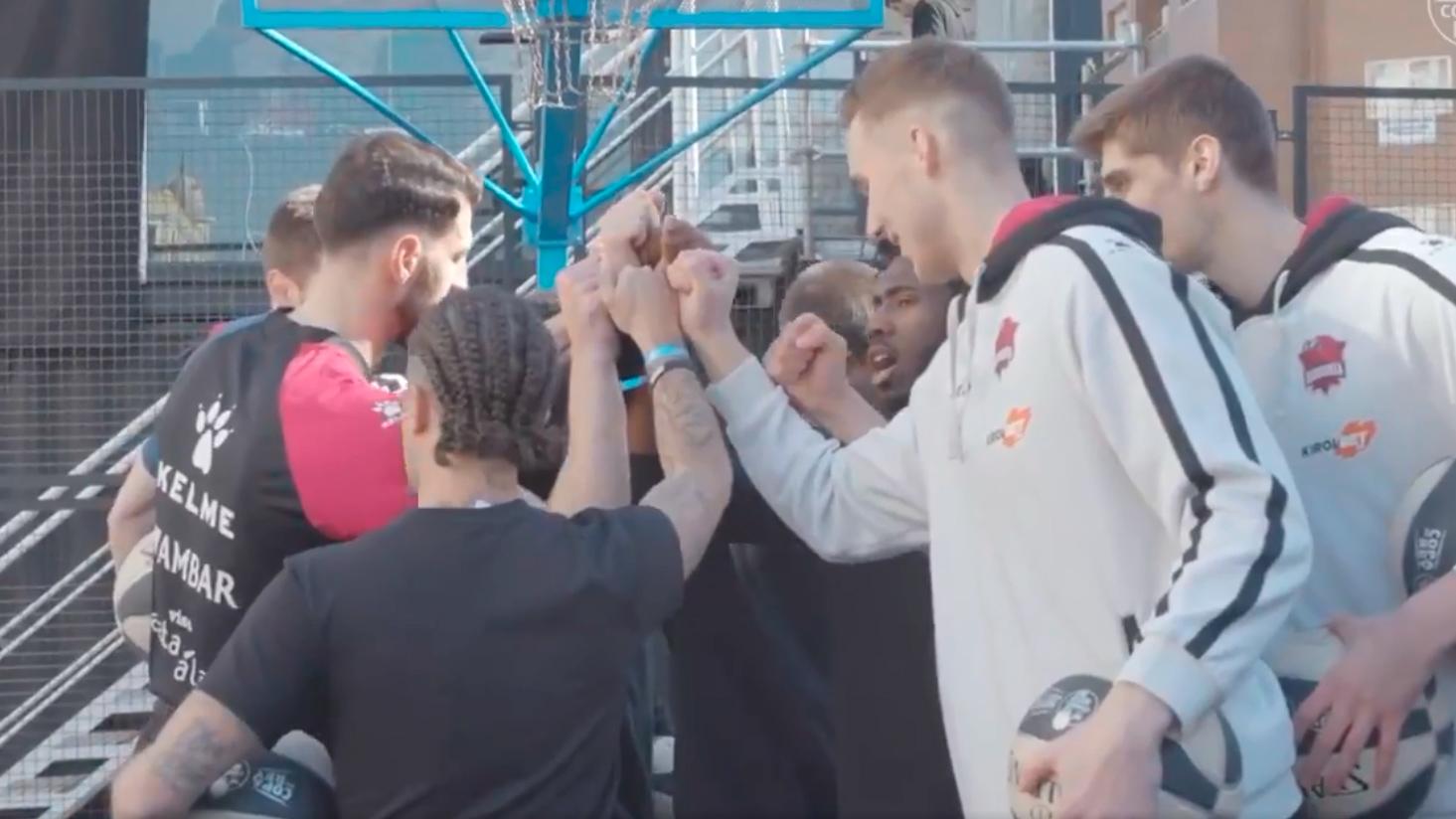 Jugadores del Joventut y Estudiantes promocionan la Copa de Basket visitando a niños hospitalizados