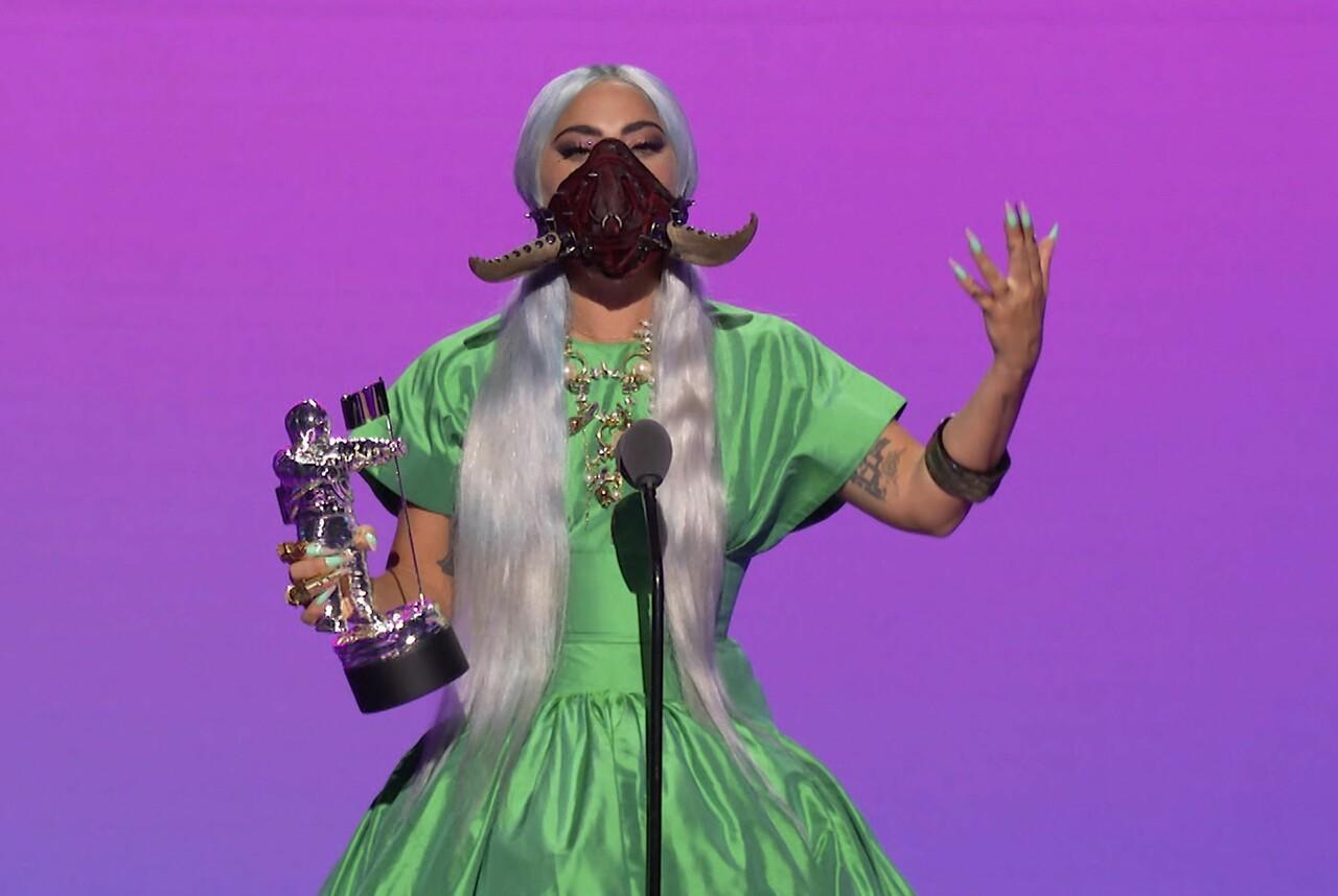 La cantante y compositora estadounidense, Lady Gaga, recoge el premio a la canción del año por