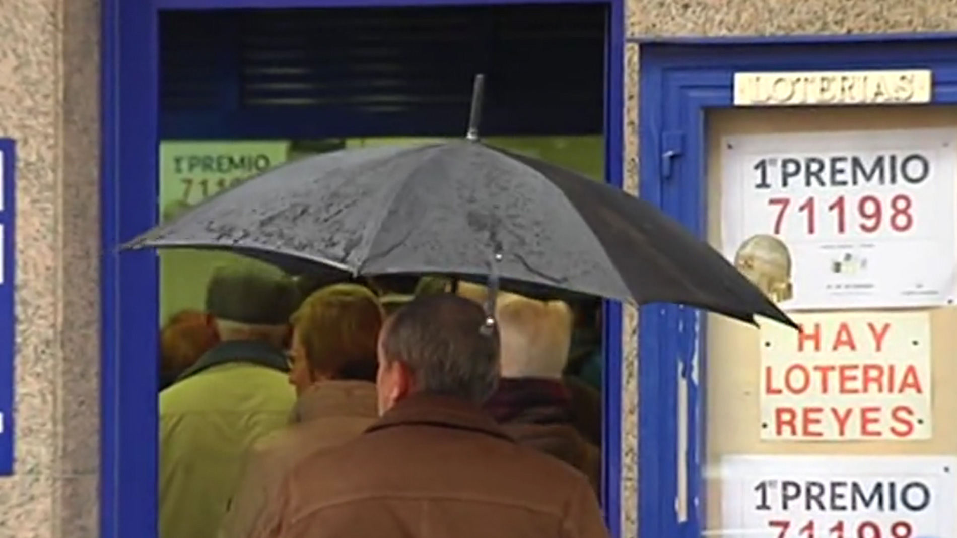 Largas colas para comprar lotería en el pueblo lucense donde cayó el Gordo de Navidad