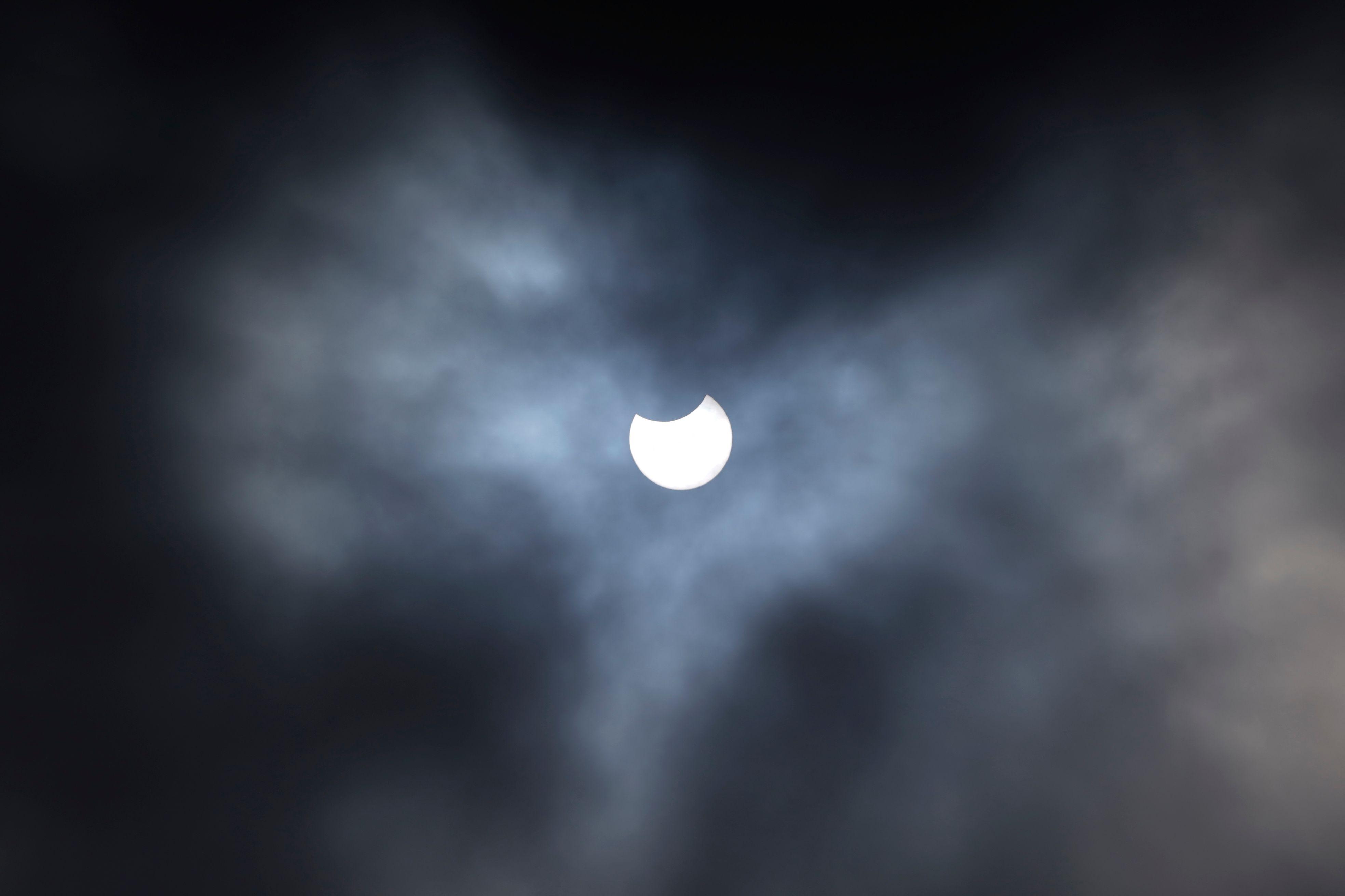 El eclipse parcial de Sol, cubierto por nubes, desde Primrose Hill, en Londres.