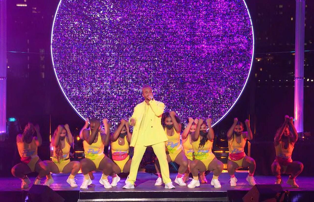 Maluma interpretando su tema 'Hawái' durante los MTV Video Music Awards 2020.