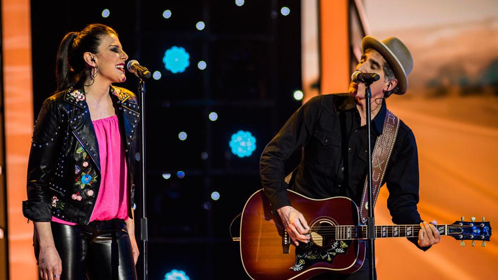 """Fantastic Duo - Mikel Erentxun y Davinia Pastor interpretan con mucha complicidad """"A un minuto de ti"""""""