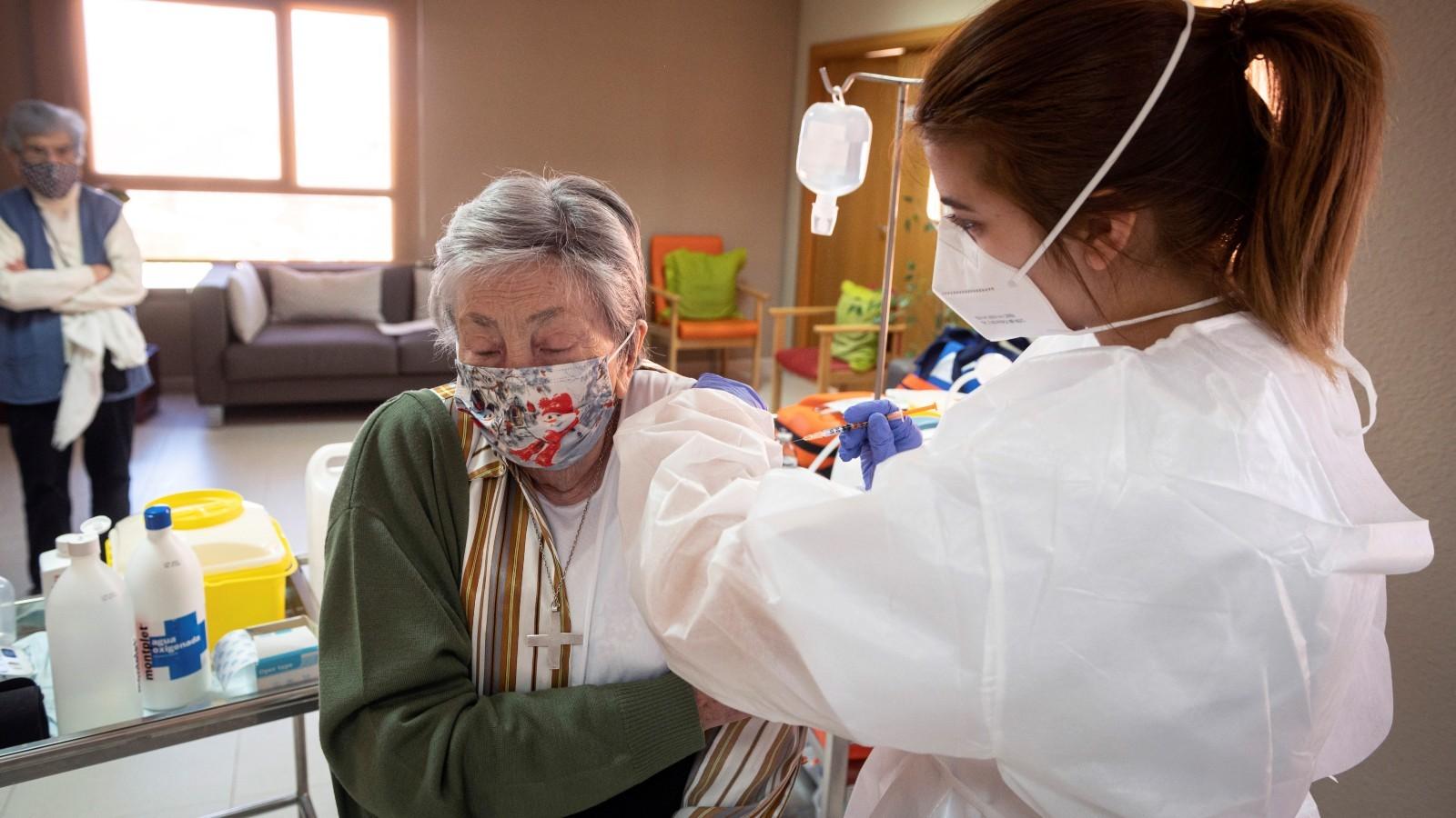 Sanidad da luz verde a vacunar con una tercera dosis a mayores en residencias y personas con otras patologías