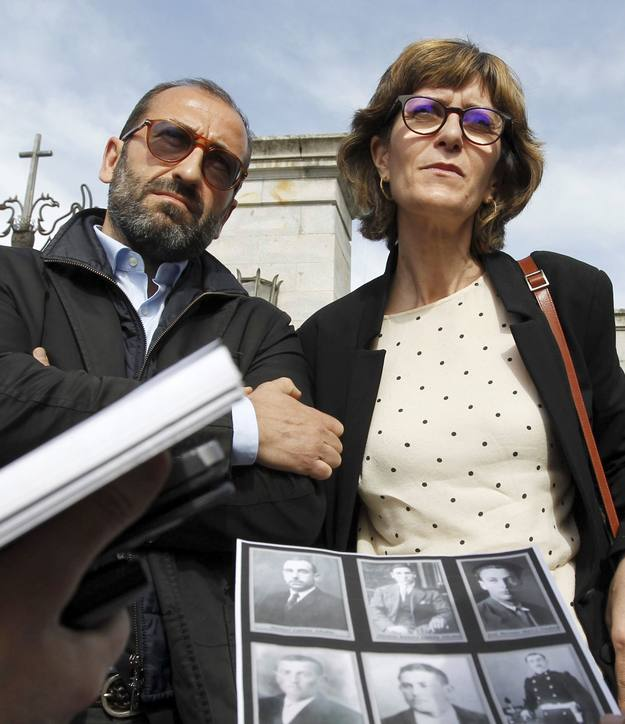 Héctor y Rosal Gil Rodríguez, nietos de Pedro Gil Calonge, reclaman sus restos a la entrada del Valle de los Caídos.